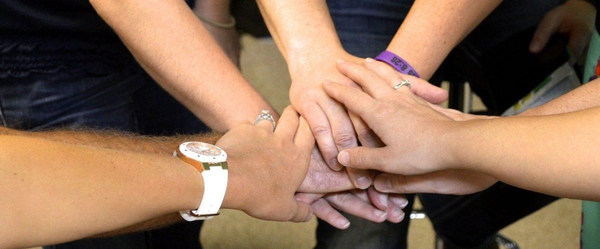 Mehrere Hände aufeinander gelegt