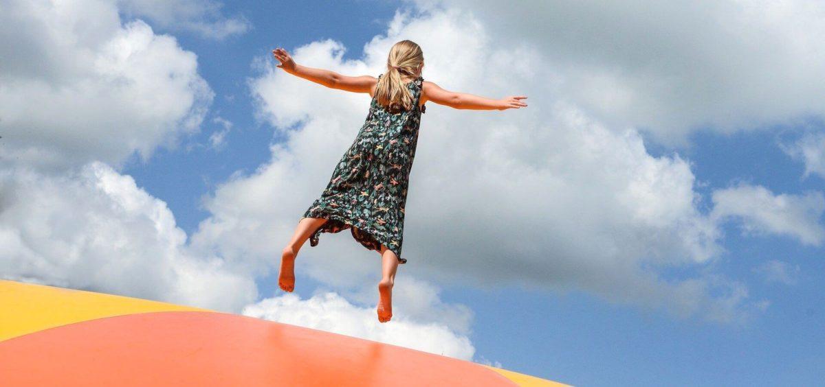 Mädchen springt hoch in die Luft