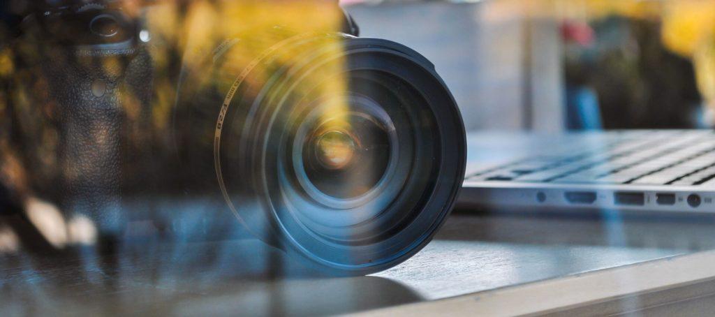 Videokamera hinter einer Glasscheibe